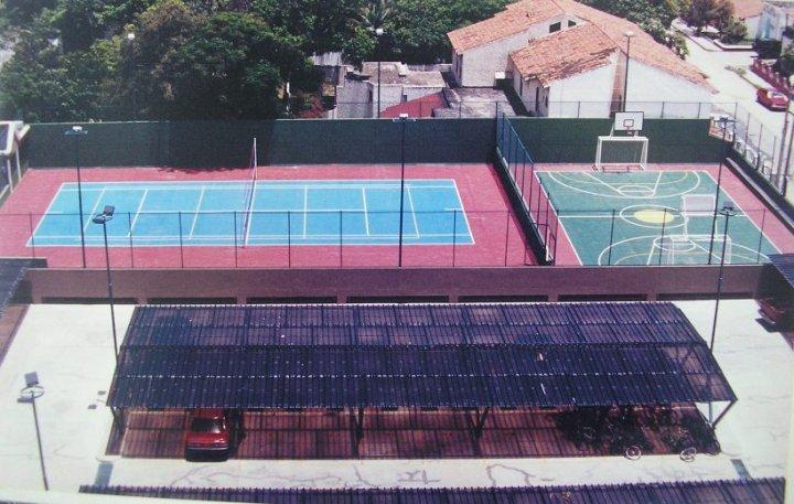 Vista de la cancha multiple y de la cancha de tennis